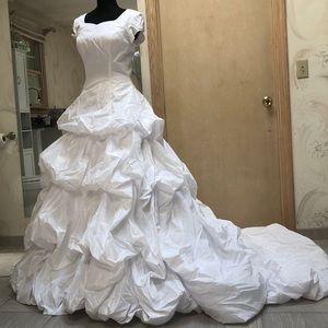 White taffeta puffy layer ball gown